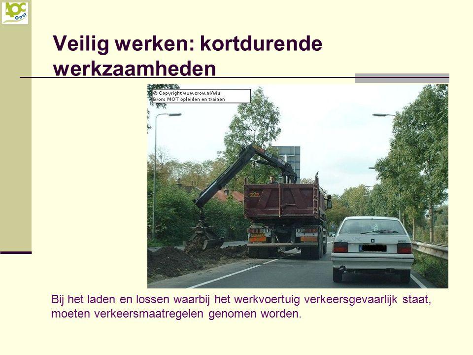 Veilig werken: kortdurende werkzaamheden Bij het laden en lossen waarbij het werkvoertuig verkeersgevaarlijk staat, moeten verkeersmaatregelen genomen