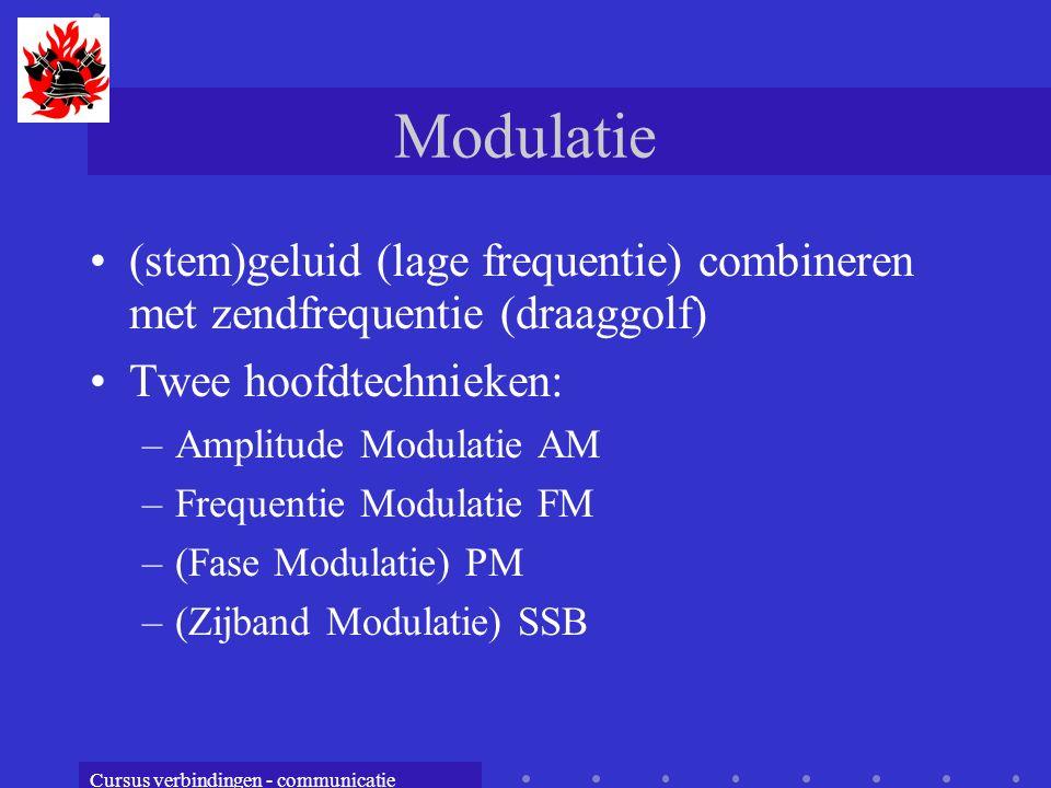 Cursus verbindingen - communicatie Modulatie (stem)geluid (lage frequentie) combineren met zendfrequentie (draaggolf) Twee hoofdtechnieken: –Amplitude Modulatie AM –Frequentie Modulatie FM –(Fase Modulatie) PM –(Zijband Modulatie) SSB