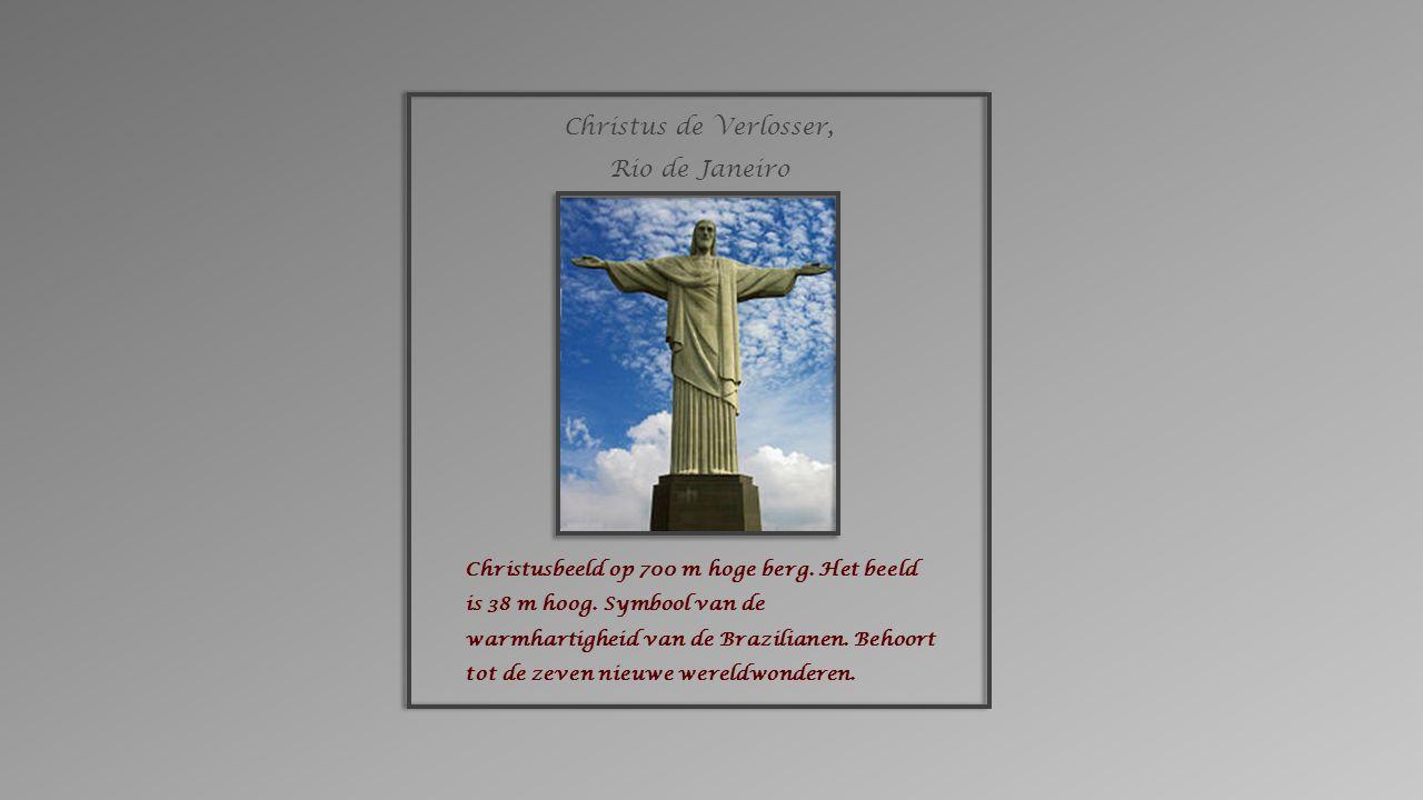 Christusbeeld op 700 m hoge berg.Het beeld is 38 m hoog.