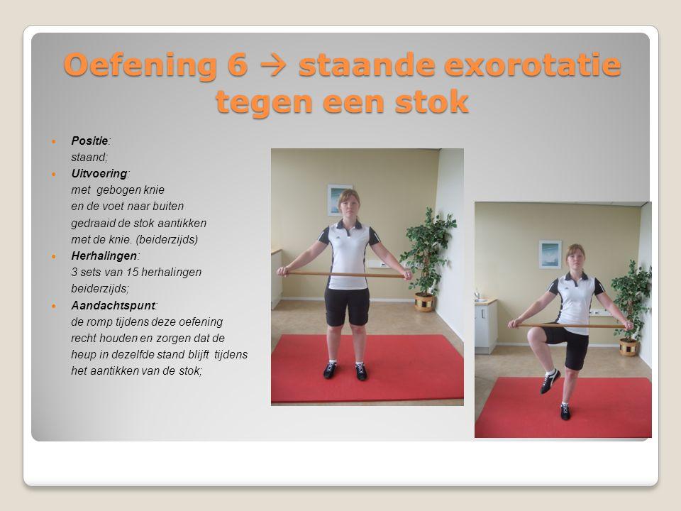 Oefening 6  staande exorotatie tegen een stok Positie: staand; Uitvoering: met gebogen knie en de voet naar buiten gedraaid de stok aantikken met de