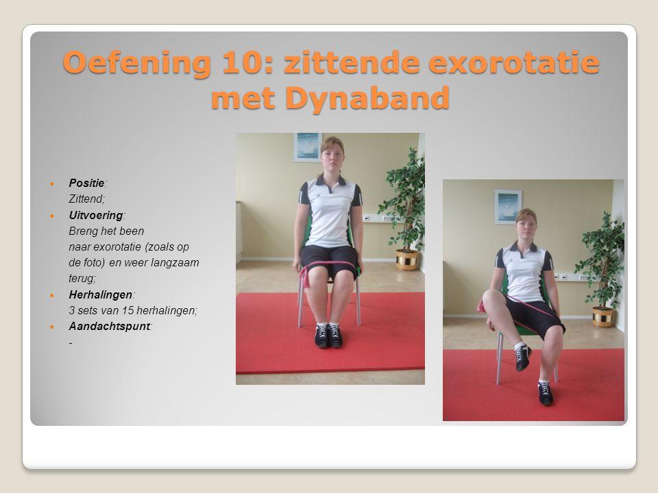 Oefening 10: zittende exorotatie met Dynaband Positie: Zittend; Uitvoering: Breng het been naar exorotatie (zoals op de foto) en weer langzaam terug;