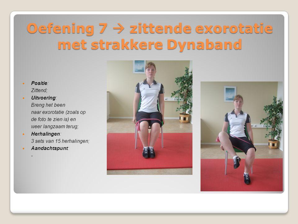 Oefening 7  zittende exorotatie met strakkere Dynaband Positie: Zittend; Uitvoering: Breng het been naar exorotatie (zoals op de foto te zien is) en