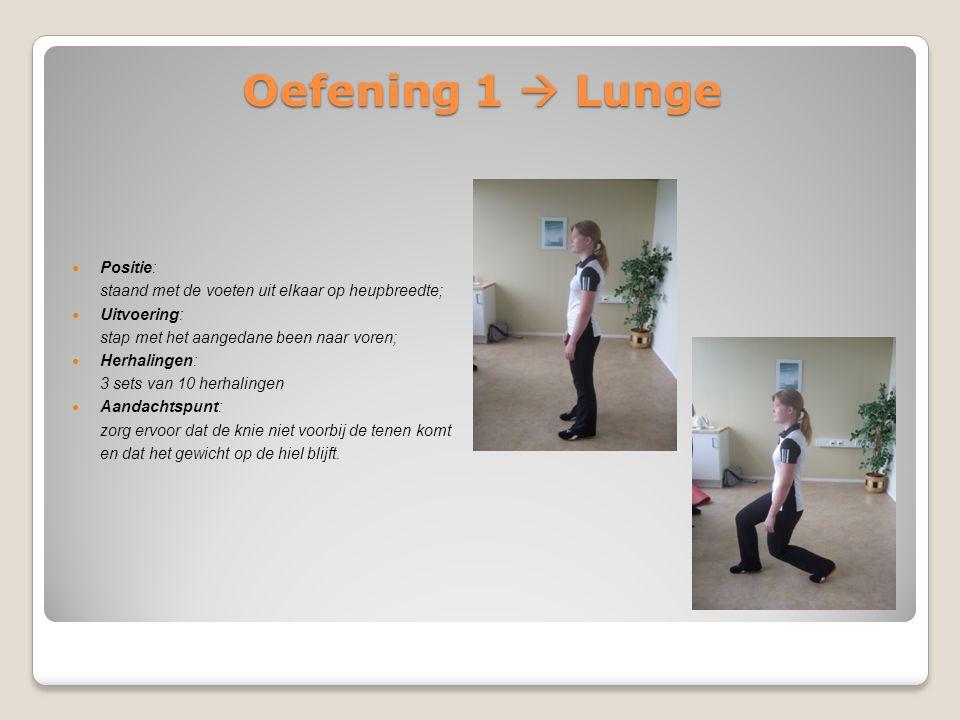 Oefening 1  Lunge Positie: staand met de voeten uit elkaar op heupbreedte; Uitvoering: stap met het aangedane been naar voren; Herhalingen: 3 sets va