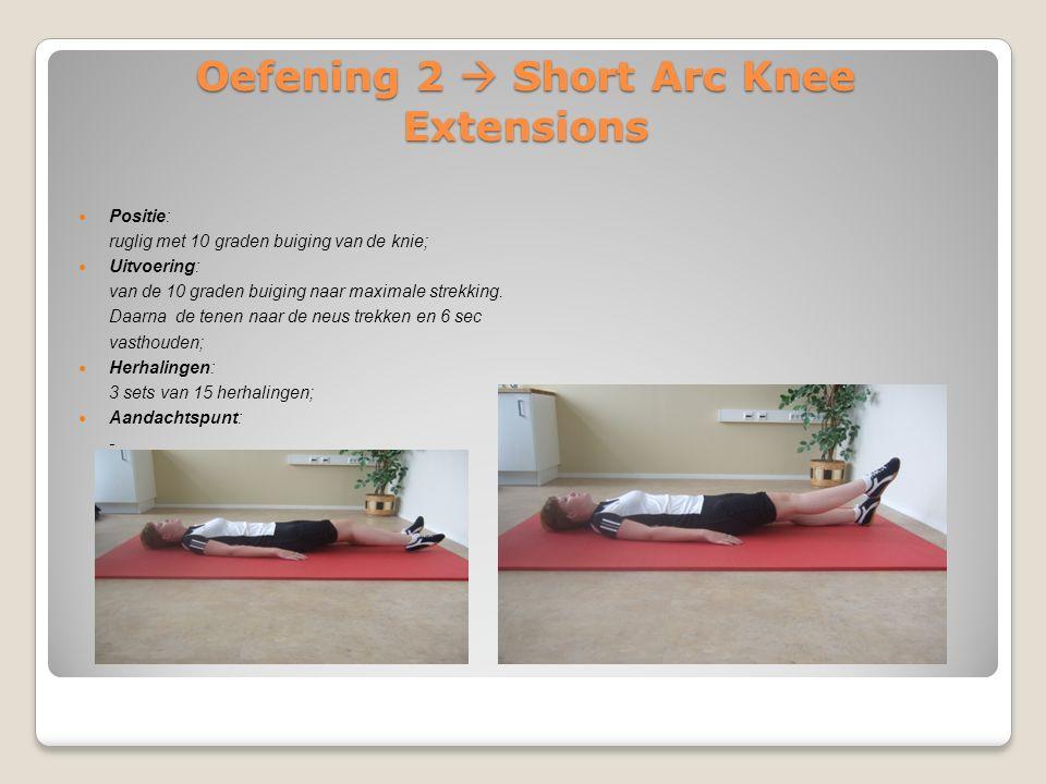 Oefening 3  Leg extension Positie: zittende positie met de knieën 90 graden gebogen; Uitvoering: de knieën gaan van 90 graden buiging naar 0 graden strekking met de voet iets naarbuiten gedraaid, 3 seconden vasthouden; Herhalingen: 3 sets van 15 herhalingen; Aandachtspunt: beide benen gaan tegelijk tijdens deze oefening.