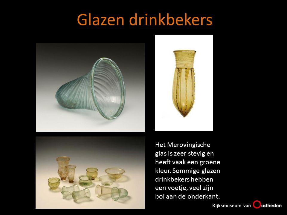 Glazen drinkbekers Het Merovingische glas is zeer stevig en heeft vaak een groene kleur. Sommige glazen drinkbekers hebben een voetje, veel zijn bol a