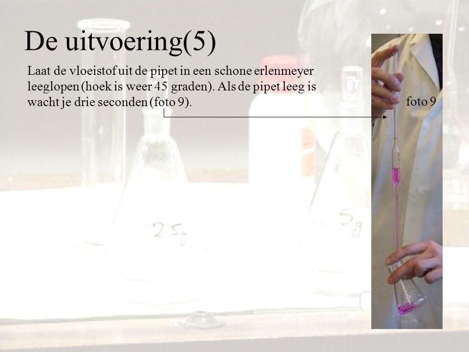 De uitvoering(5) Laat de vloeistof uit de pipet in een schone erlenmeyer leeglopen (hoek is weer 45 graden). Als de pipet leeg is wacht je drie second