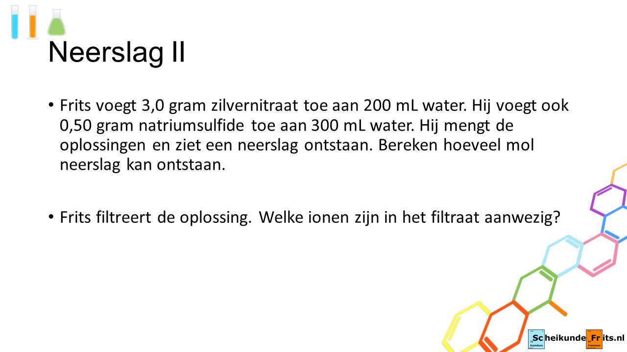 Neerslag II Frits voegt 3,0 gram zilvernitraat toe aan 200 mL water. Hij voegt ook 0,50 gram natriumsulfide toe aan 300 mL water. Hij mengt de oplossi