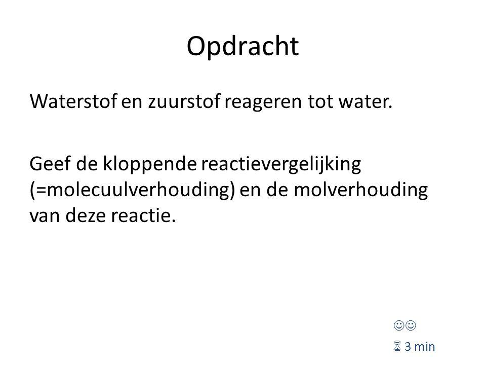Opdracht Waterstof en zuurstof reageren tot water. Geef de kloppende reactievergelijking (=molecuulverhouding) en de molverhouding van deze reactie. 