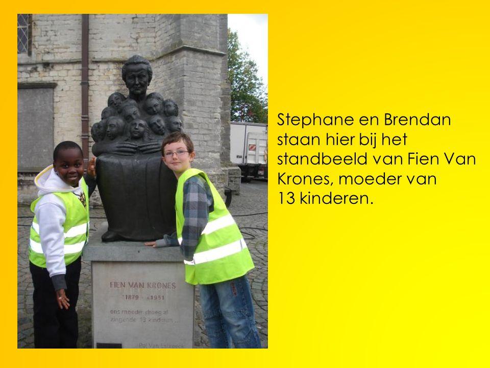 Stephane en Brendan staan hier bij het standbeeld van Fien Van Krones, moeder van 13 kinderen.