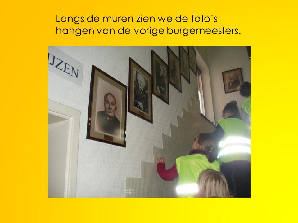 Langs de muren zien we de foto's hangen van de vorige burgemeesters.