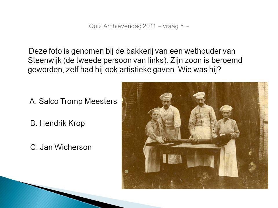 Deze foto is genomen bij de bakkerij van een wethouder van Steenwijk (de tweede persoon van links). Zijn zoon is beroemd geworden, zelf had hij ook ar