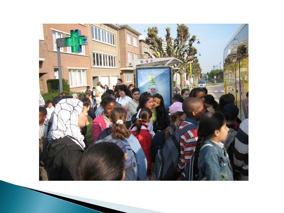  WAT MAG NIET? ◦ GSM of smartphone We bloggen, bellen en mailen naar school. ◦ Kauwgom ◦ iPod
