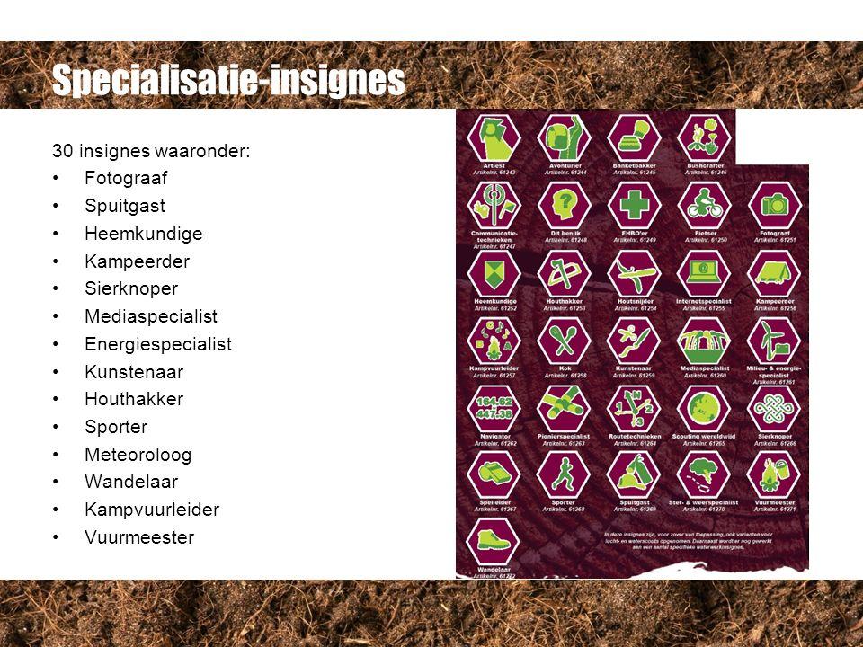 Specialisatie-insignes 30 insignes waaronder: Fotograaf Spuitgast Heemkundige Kampeerder Sierknoper Mediaspecialist Energiespecialist Kunstenaar Houthakker Sporter Meteoroloog Wandelaar Kampvuurleider Vuurmeester