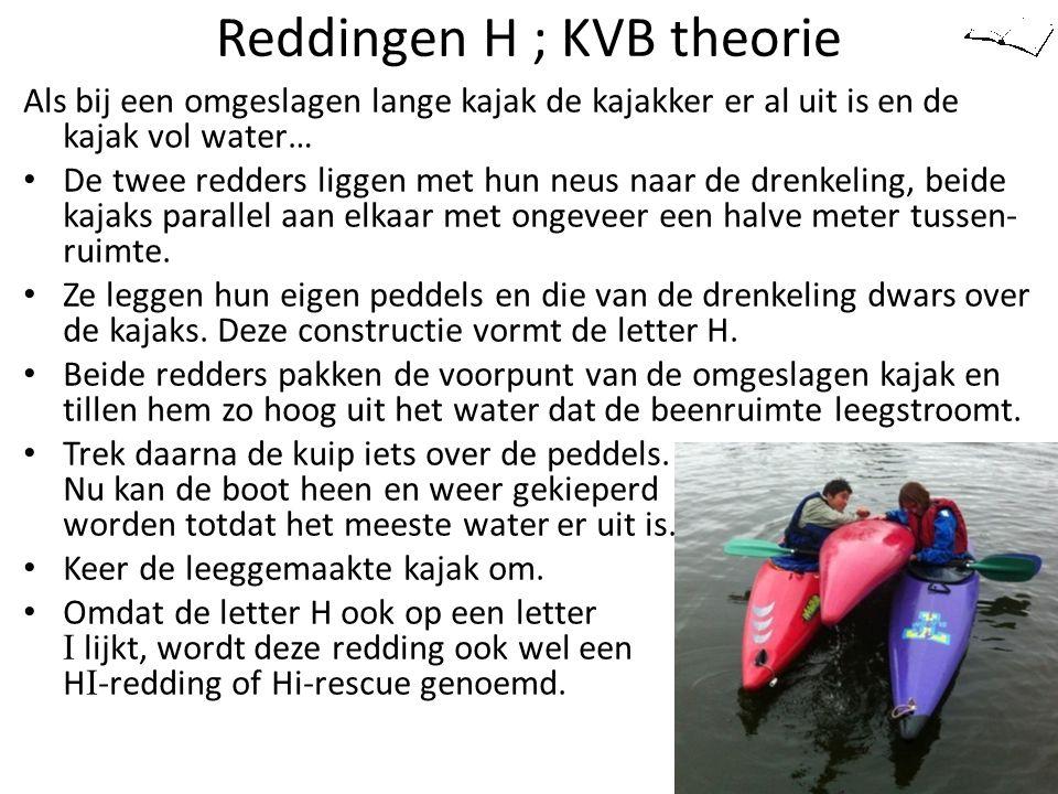 Reddingen H ; KVB theorie Als bij een omgeslagen lange kajak de kajakker er al uit is en de kajak vol water… De twee redders liggen met hun neus naar