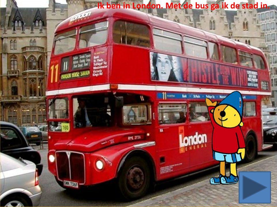 Ik ben in London. Met de bus ga ik de stad in..