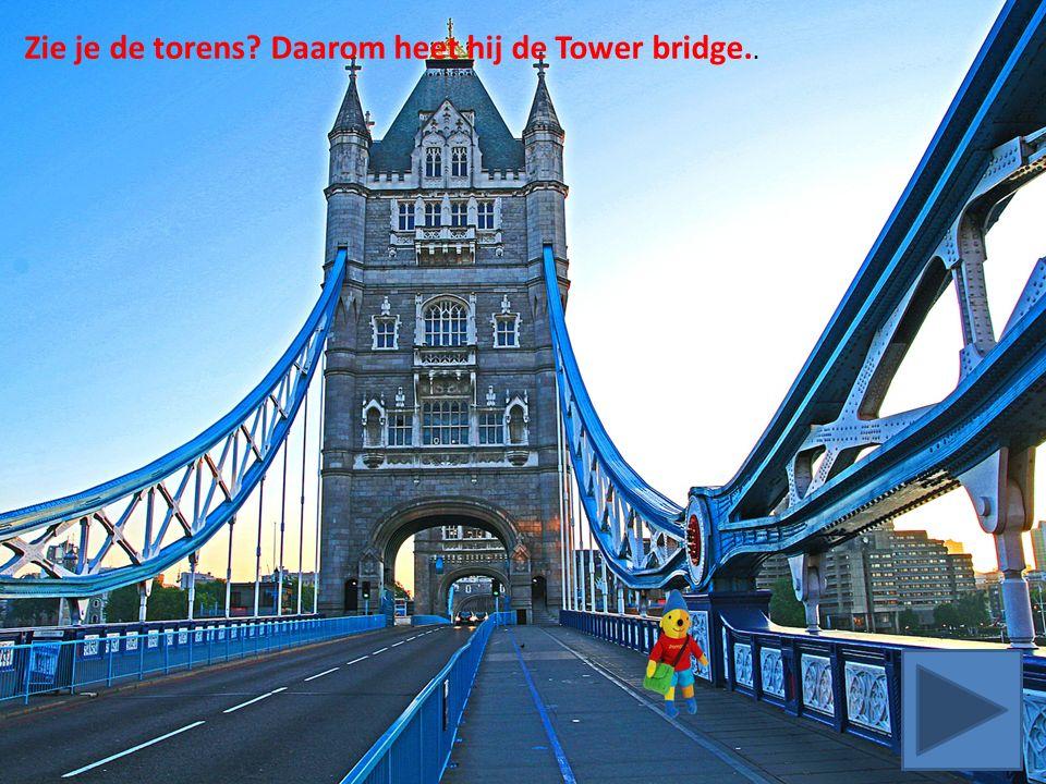 Zie je de torens Daarom heet hij de Tower bridge..