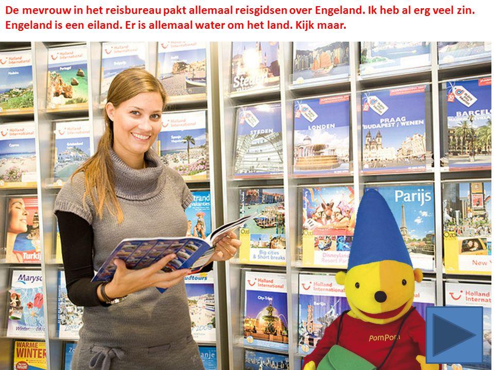 De mevrouw in het reisbureau pakt allemaal reisgidsen over Engeland.