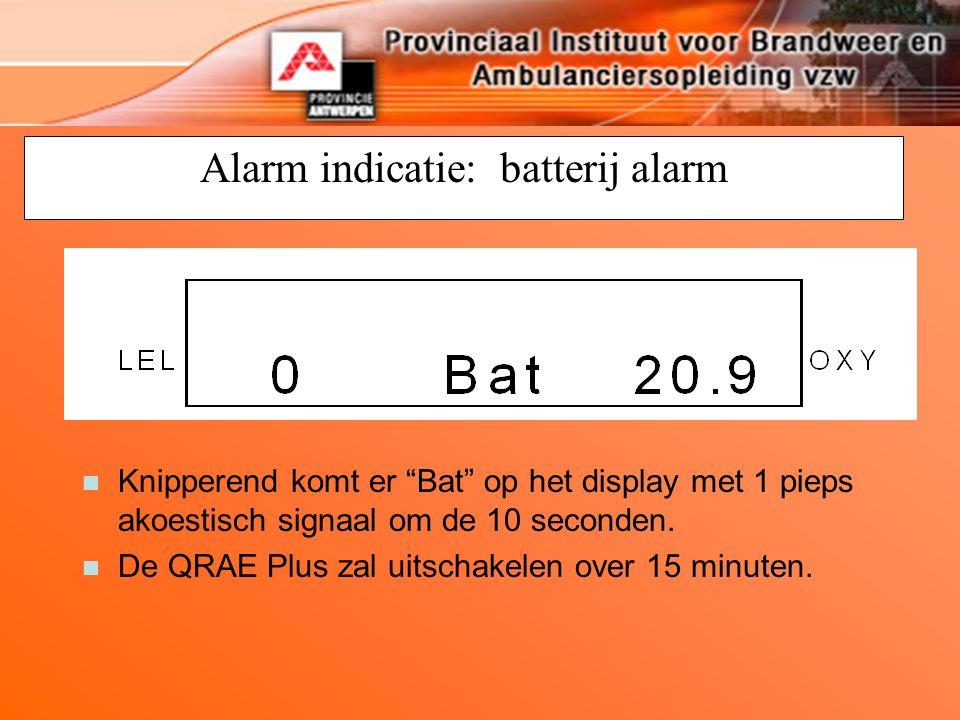 """Alarm indicatie: batterij alarm n Knipperend komt er """"Bat"""" op het display met 1 pieps akoestisch signaal om de 10 seconden. n De QRAE Plus zal uitscha"""