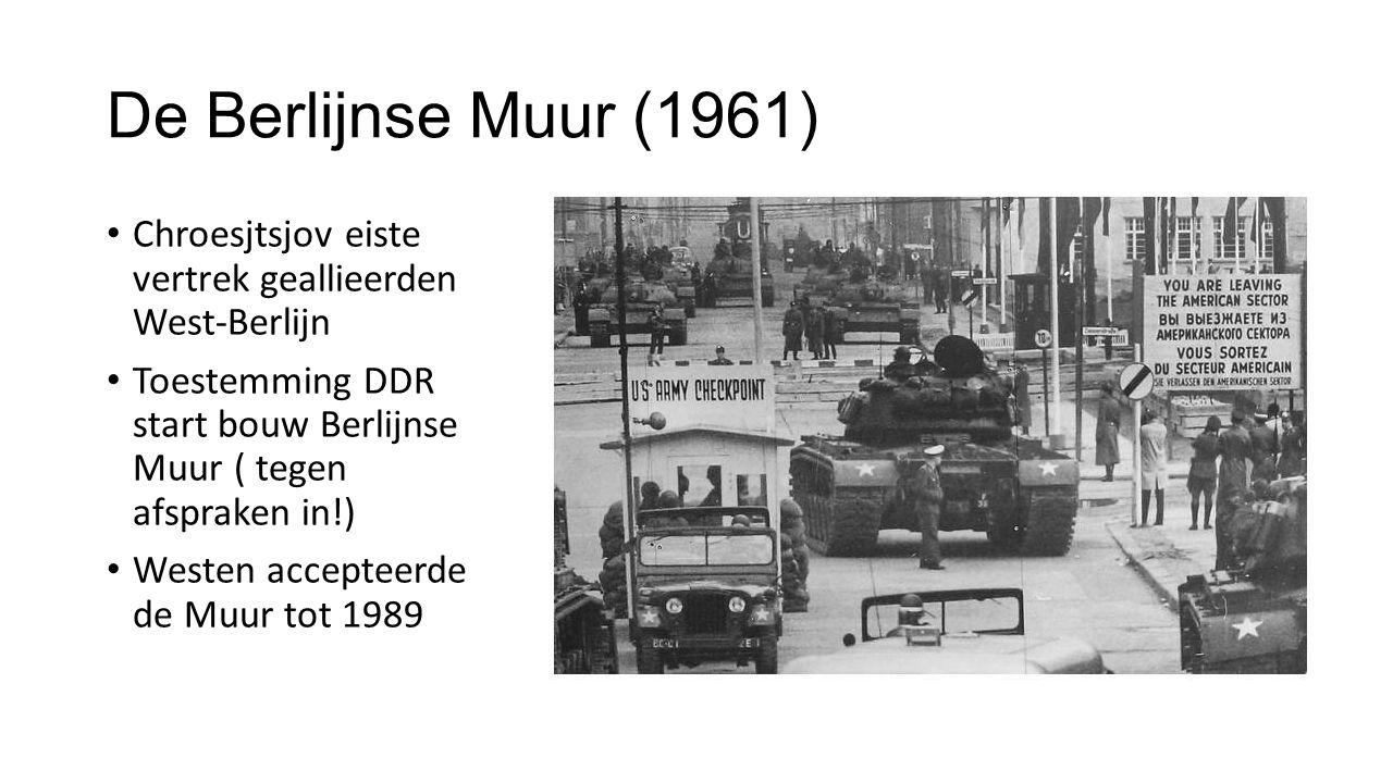 De Berlijnse Muur (1961) Chroesjtsjov eiste vertrek geallieerden West-Berlijn Toestemming DDR start bouw Berlijnse Muur ( tegen afspraken in!) Westen accepteerde de Muur tot 1989