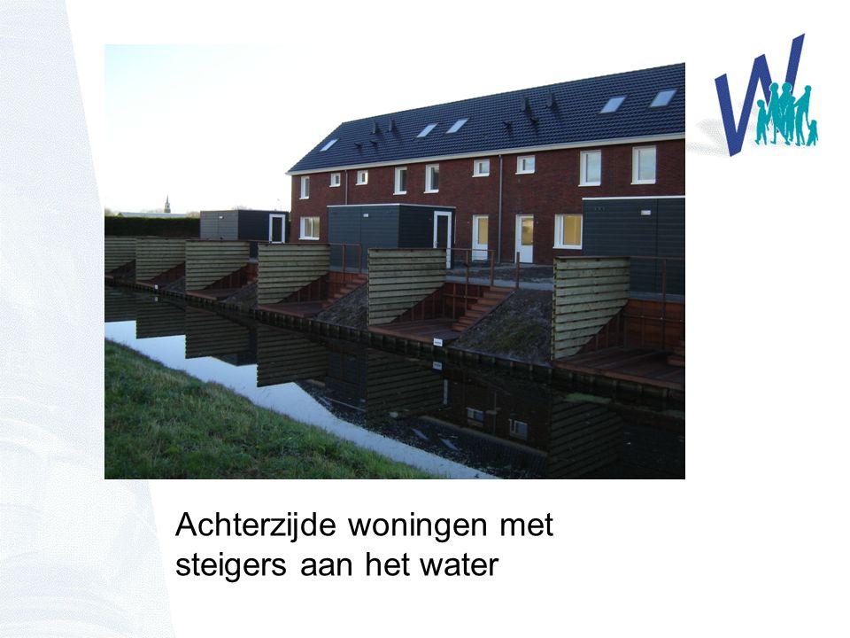 Achterzijde woningen met steigers aan het water