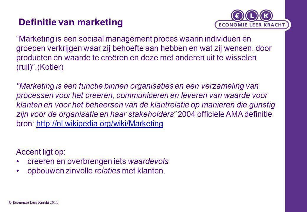 Definitie van marketing Marketing is een sociaal management proces waarin individuen en groepen verkrijgen waar zij behoefte aan hebben en wat zij wensen, door producten en waarde te creëren en deze met anderen uit te wisselen (ruil) .(Kotler) Marketing is een functie binnen organisaties en een verzameling van processen voor het creëren, communiceren en leveren van waarde voor klanten en voor het beheersen van de klantrelatie op manieren die gunstig zijn voor de organisatie en haar stakeholders 2004 officiële AMA definitie bron: http://nl.wikipedia.org/wiki/Marketinghttp://nl.wikipedia.org/wiki/Marketing Accent ligt op: creëren en overbrengen iets waardevols opbouwen zinvolle relaties met klanten.