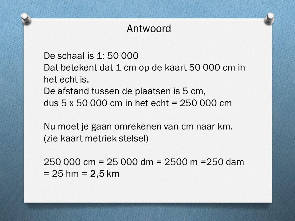 De schaal is 1: 50 000 Dat betekent dat 1 cm op de kaart 50 000 cm in het echt is.