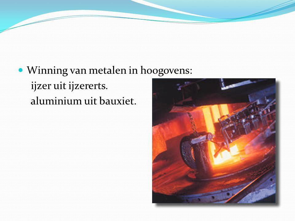 Winning van metalen in hoogovens: ijzer uit ijzererts. aluminium uit bauxiet.