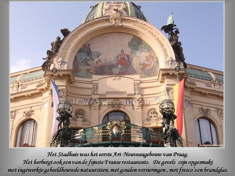 In het Stadhuis – waar Tsjecho-Slowakije's onafhankelijkheid werd geproclameerd op 28 oktober 1918 – bevindt zich de Smetana-concertzaal.