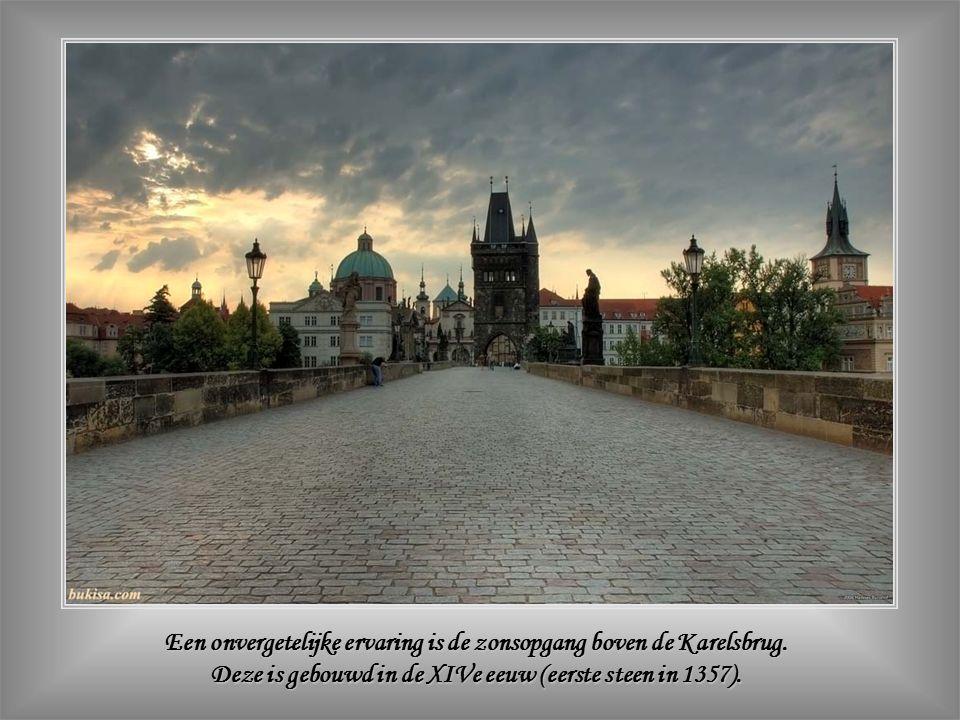 De Kruittoren, naast het Stadhuis, is één van de twee eindtorens van de belangrijkste brug van Praag: de Karelsbrug ( De Kruittoren, naast het Stadhuis, is één van de twee eindtorens van de belangrijkste brug van Praag: de Karelsbrug (Karlův most).