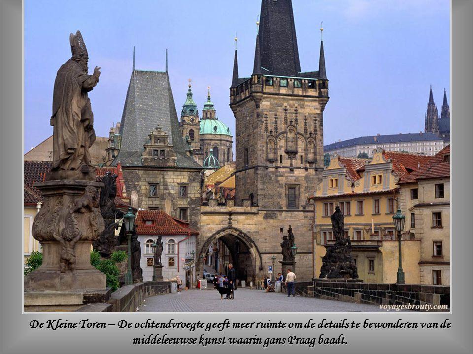 De toeristenmassa trekt over de Karelsbrug - 516m lang en 10m breed – en bewondert er de dertig barokke standbeelden van katholieke heiligen.