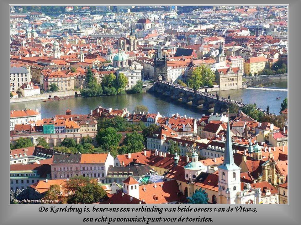 De Kleine Toren – De ochtendvroegte geeft meer ruimte om de details te bewonderen van de middeleeuwse kunst waarin gans Praag baadt.