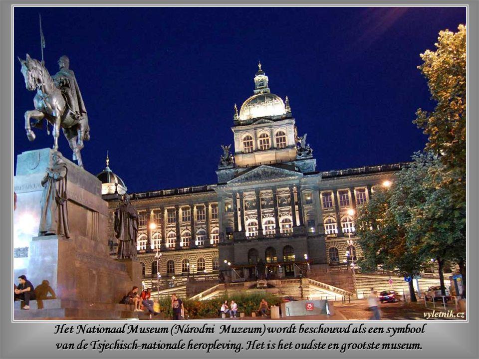 Het Nationaal Theater toont een harmonie van architectonische stijlen, maar is ook de uitdrukking van een perfect evenwicht tussen ontspanning en cultuur, zoals in de ganse Tsjechische Republiek.