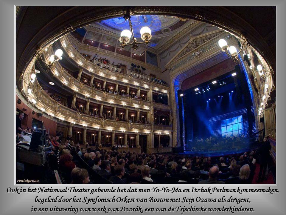 Muziek neemt een vooraanstaande plaats in in deze stad waar, benevens het Nationaal Theater - waarvan hier een binnenzicht – elke kerk, elk paleis uitnodigt tot nocturnes van grote toondichters, en zodoende Praag transformeert in een gigantische concertzaal aan de Moldau.
