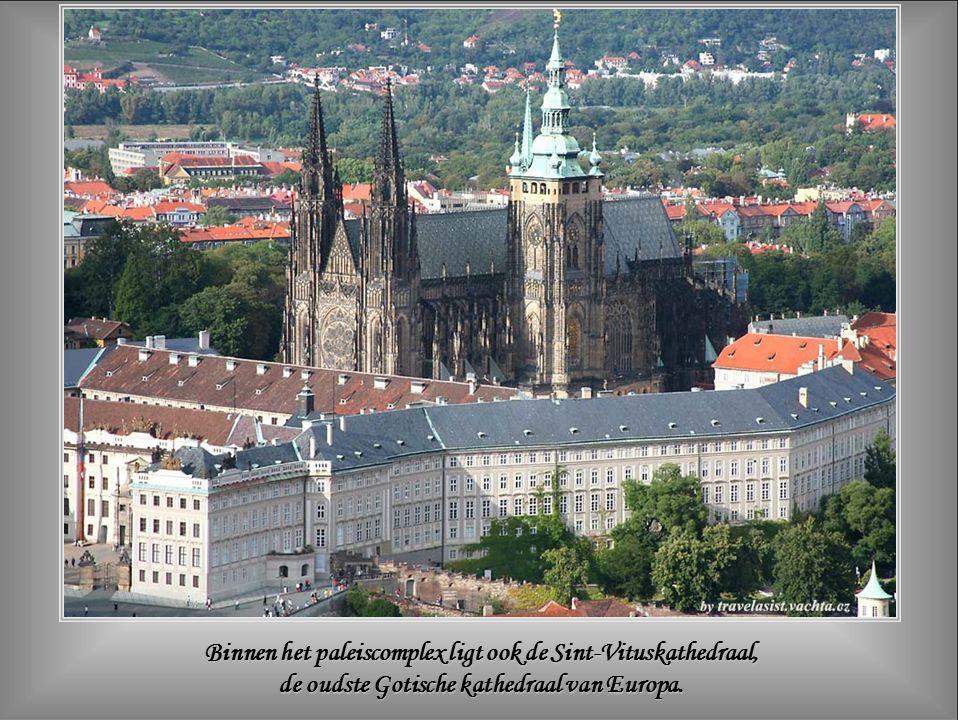Binnen het paleiscomplex ligt ook de Sint-Vituskathedraal, de oudste Gotische kathedraal van Europa.