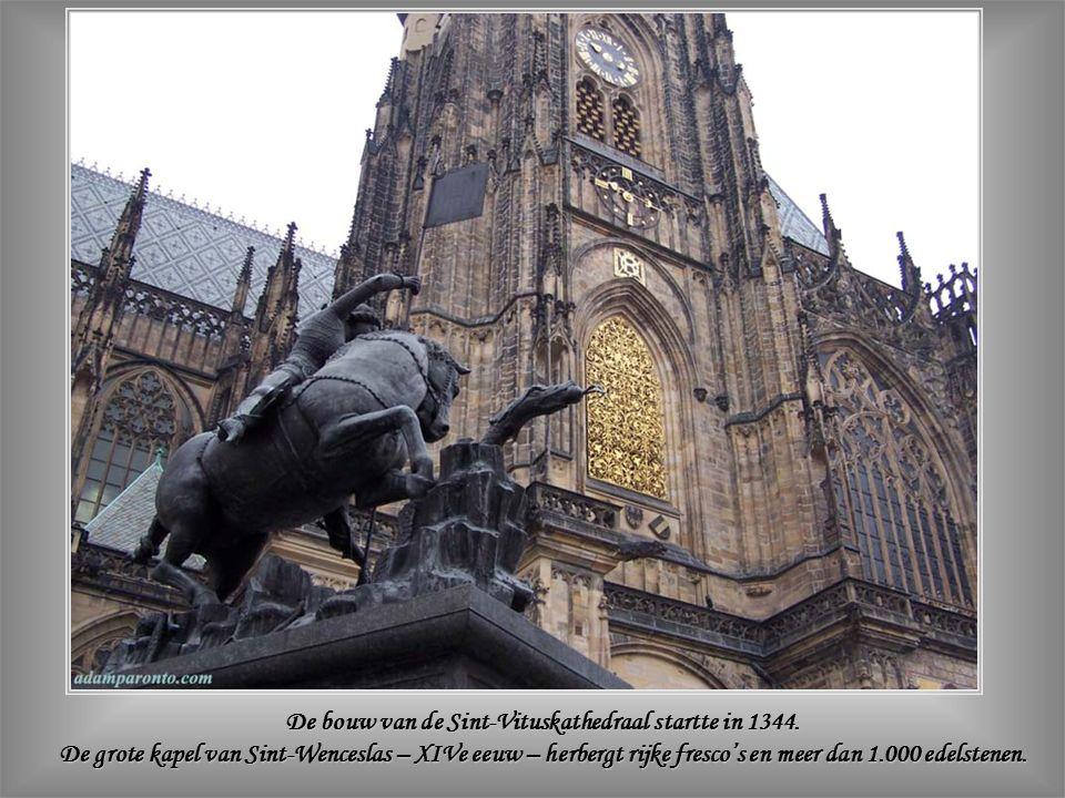 Het oudste gedeelte van het astronomisch Orloj van Praag – bestaande uit het mechanisch uurwerk en de astronomische wijzerplaat – werd gebouwd in 1410.