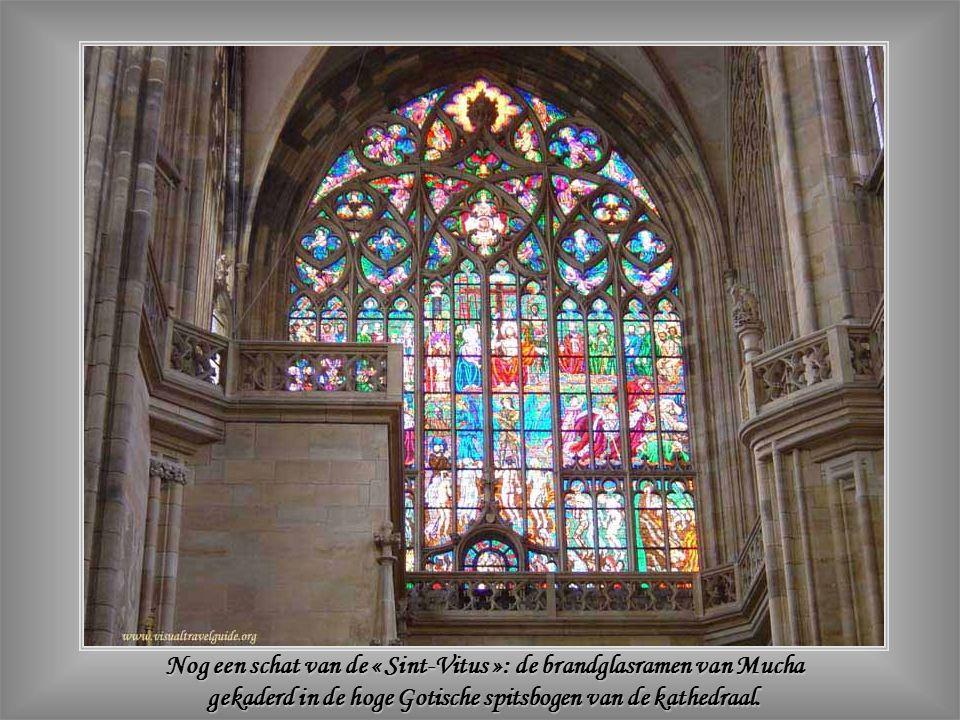 Nog een schat van de « Sint-Vitus »: de brandglasramen van Mucha gekaderd in de hoge Gotische spitsbogen van de kathedraal.