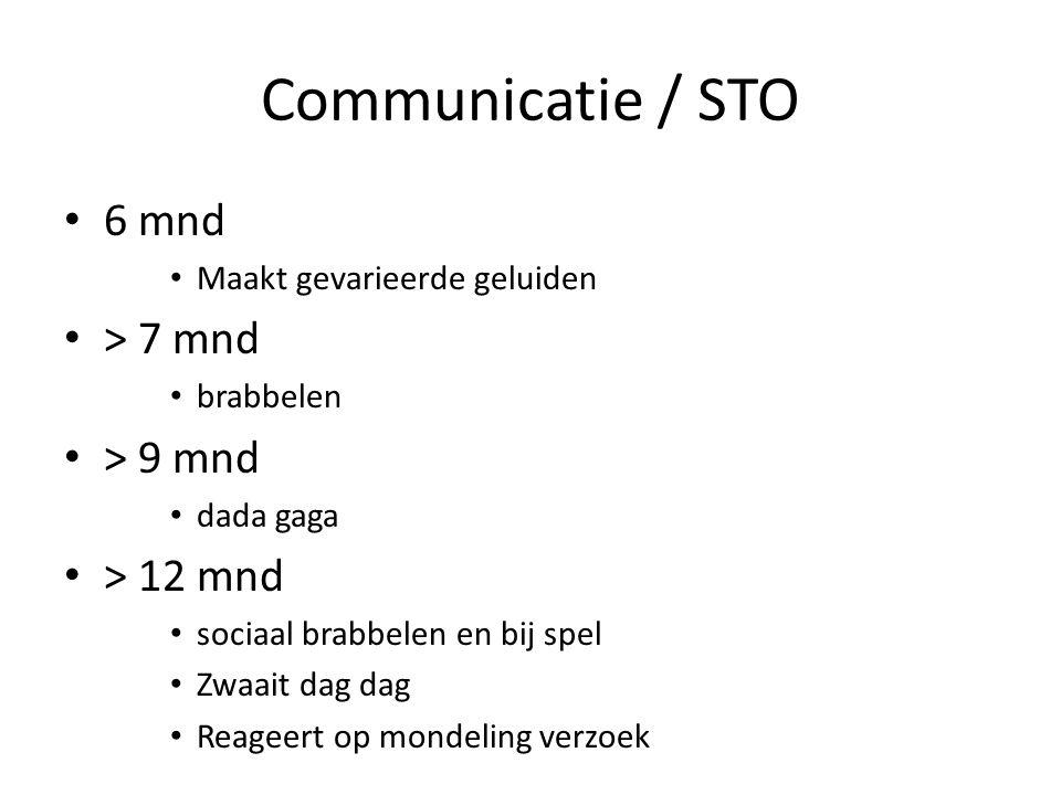 Communicatie / STO 6 mnd Maakt gevarieerde geluiden > 7 mnd brabbelen > 9 mnd dada gaga > 12 mnd sociaal brabbelen en bij spel Zwaait dag dag Reageert op mondeling verzoek