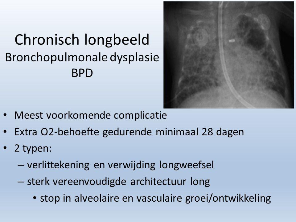 Chronisch longbeeld Bronchopulmonale dysplasie BPD Meest voorkomende complicatie Extra O2-behoefte gedurende minimaal 28 dagen 2 typen: – verlittekening en verwijding longweefsel – sterk vereenvoudigde architectuur long stop in alveolaire en vasculaire groei/ontwikkeling