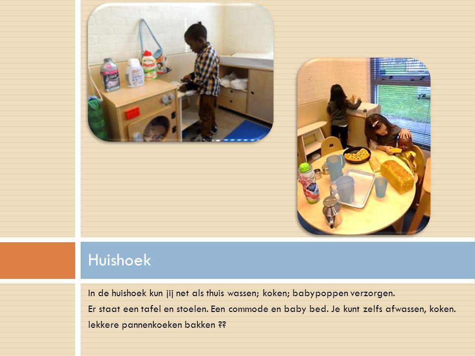 In de huishoek kun jij net als thuis wassen; koken; babypoppen verzorgen. Er staat een tafel en stoelen. Een commode en baby bed. Je kunt zelfs afwass