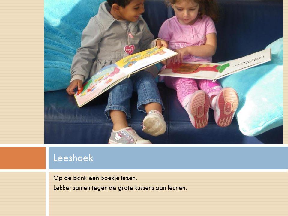 Op de bank een boekje lezen. Lekker samen tegen de grote kussens aan leunen. Leeshoek
