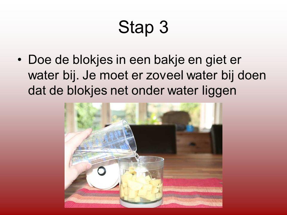 Stap 3 Doe de blokjes in een bakje en giet er water bij.