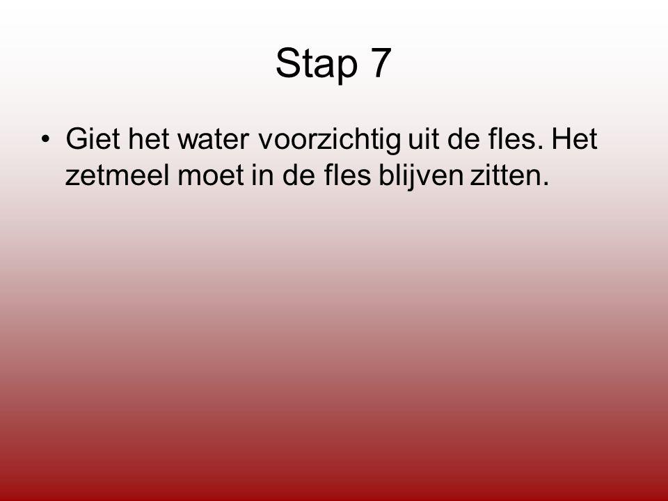 Stap 7 Giet het water voorzichtig uit de fles. Het zetmeel moet in de fles blijven zitten.