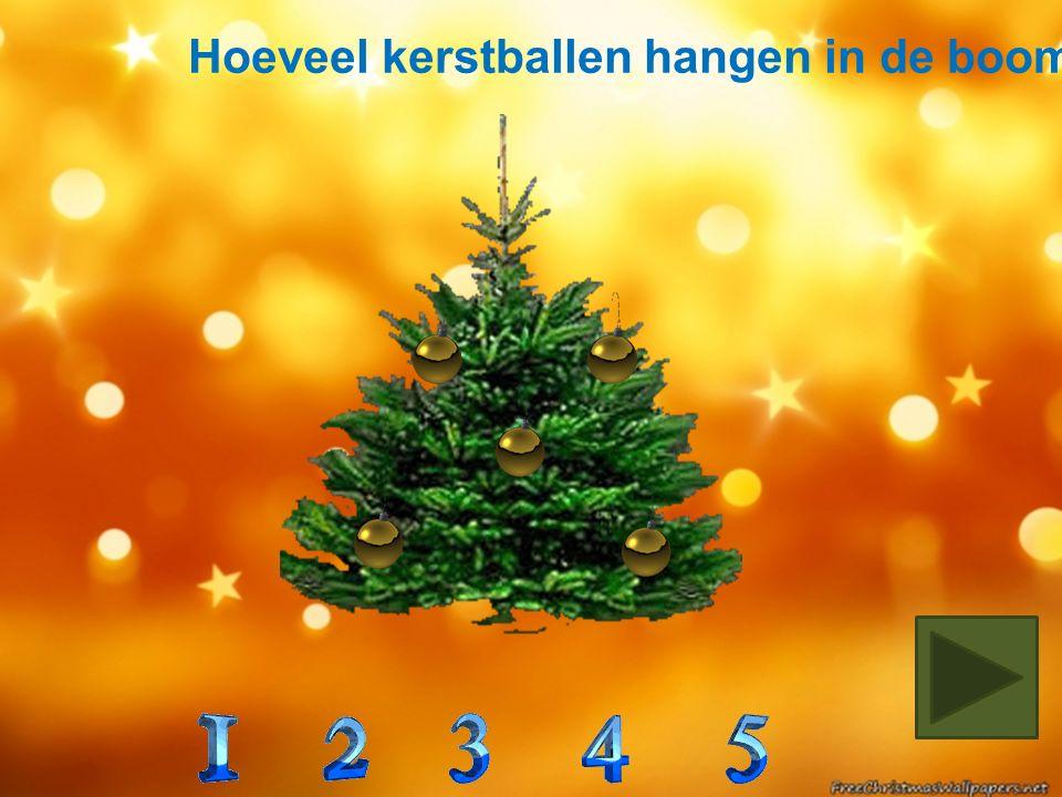 In welke boom zitten 3 rode en 1 groene kerstbal?