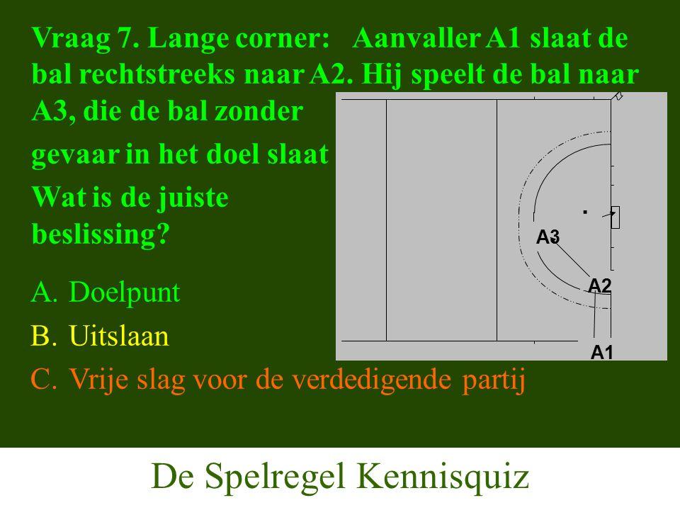 De Spelregel Kennisquiz Vraag 7. Lange corner: Aanvaller A1 slaat de bal rechtstreeks naar A2.