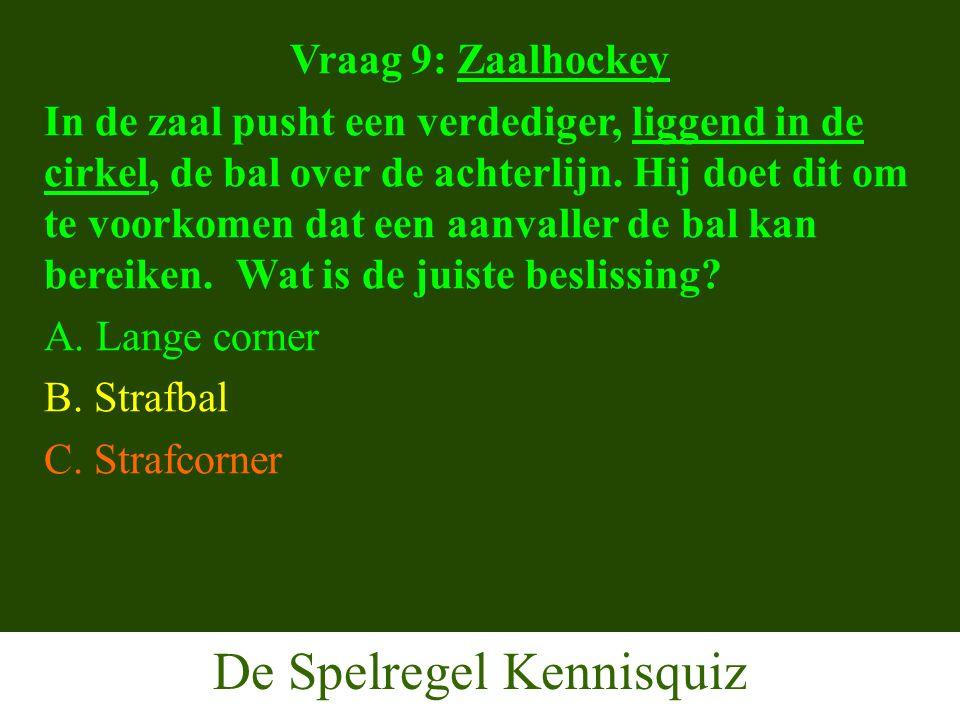 De Spelregel Kennisquiz Vraag 9: Zaalhockey In de zaal pusht een verdediger, liggend in de cirkel, de bal over de achterlijn.