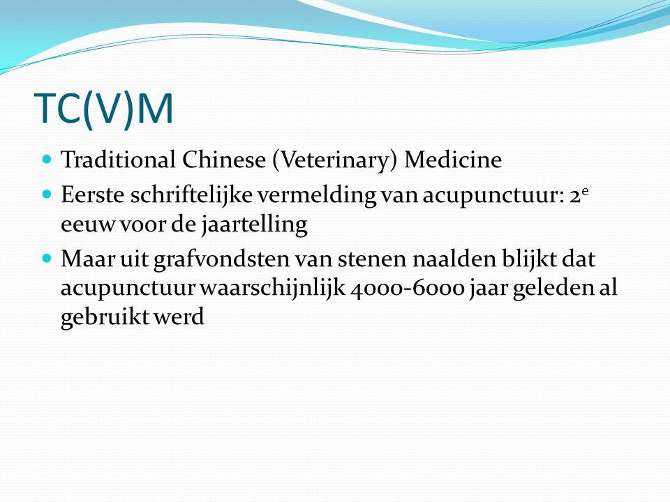 TC(V)M Traditional Chinese (Veterinary) Medicine Eerste schriftelijke vermelding van acupunctuur: 2 e eeuw voor de jaartelling Maar uit grafvondsten van stenen naalden blijkt dat acupunctuur waarschijnlijk 4000-6000 jaar geleden al gebruikt werd