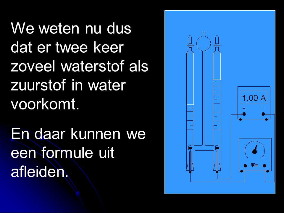 We weten nu dus dat er twee keer zoveel waterstof als zuurstof in water voorkomt. En daar kunnen we een formule uit afleiden.