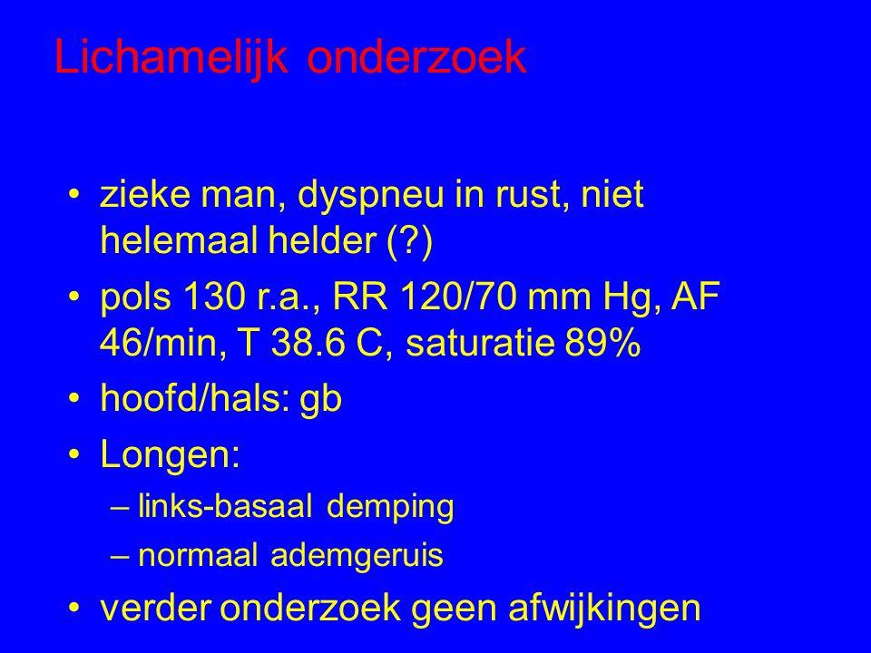 Lichamelijk onderzoek zieke man, dyspneu in rust, niet helemaal helder (?) pols 130 r.a., RR 120/70 mm Hg, AF 46/min, T 38.6 C, saturatie 89% hoofd/ha