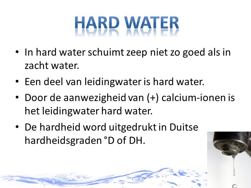 In hard water schuimt zeep niet zo goed als in zacht water. Een deel van leidingwater is hard water. Door de aanwezigheid van (+) calcium-ionen is het