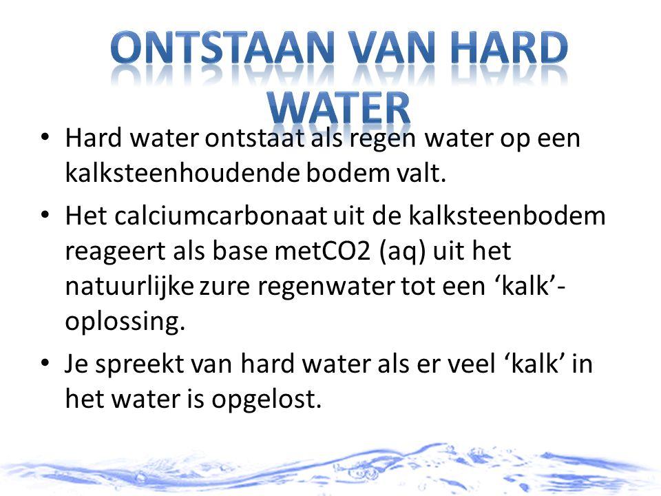 Hard water ontstaat als regen water op een kalksteenhoudende bodem valt. Het calciumcarbonaat uit de kalksteenbodem reageert als base metCO2 (aq) uit